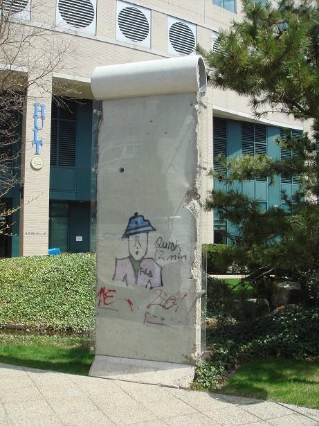Hultボストンキャンパス前にあるベルリンの壁