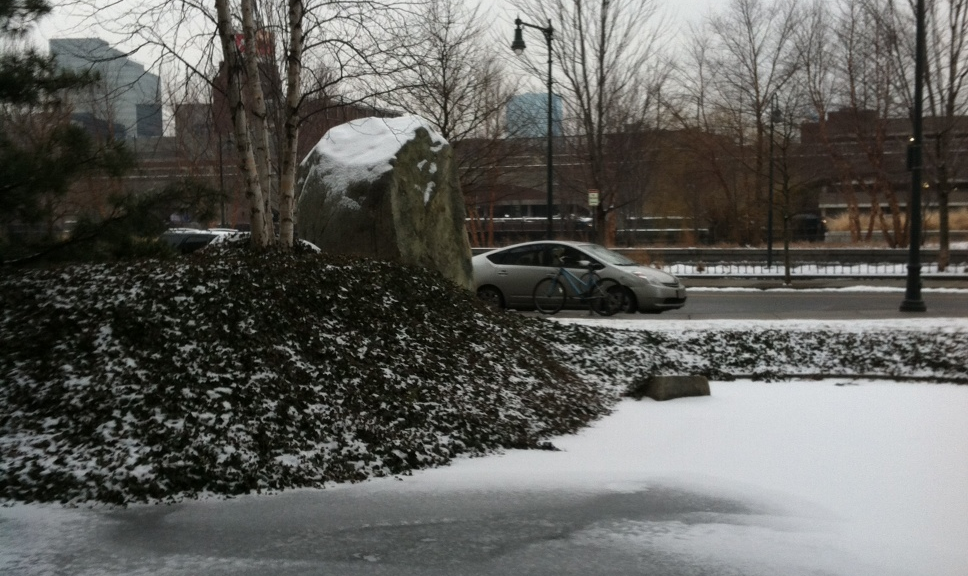 雪のキャンパス前