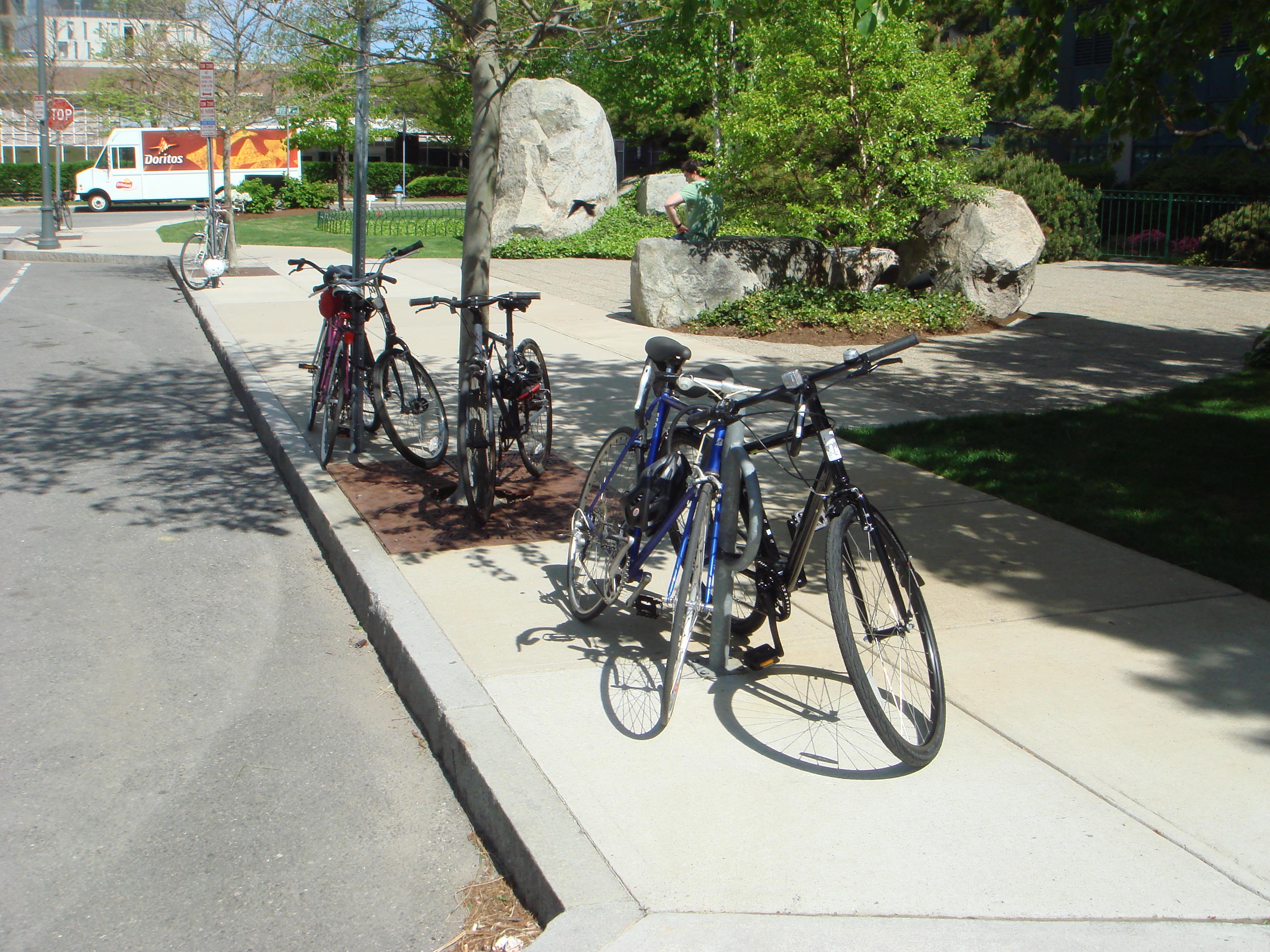 Hultボストンキャンパス前の自転車駐輪